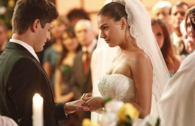 Daniel Rocha vai gostar de rever as sequências do casamento de seu personagem, Roni, com Suelen (Isis Valverde) (Foto: Reprodução/TV Globo)