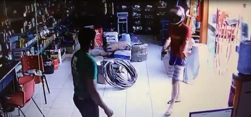 Suspeito assalta loja de ferragens em Cruzeiro do Sul; veja vídeo