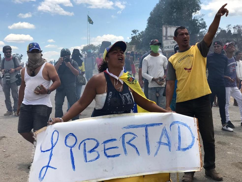 Venezuelanos protestam na fronteira com o Brasil em Pacaraima (RR), neste domingo (24). — Foto: Alan Chaves/G1