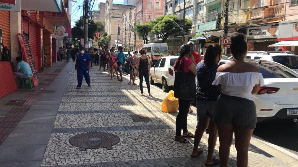 Loja que vende produtos entre R$ 10 e R$ 20 teve fila na porta — Foto: Renan Pinheiro/TV Bahia