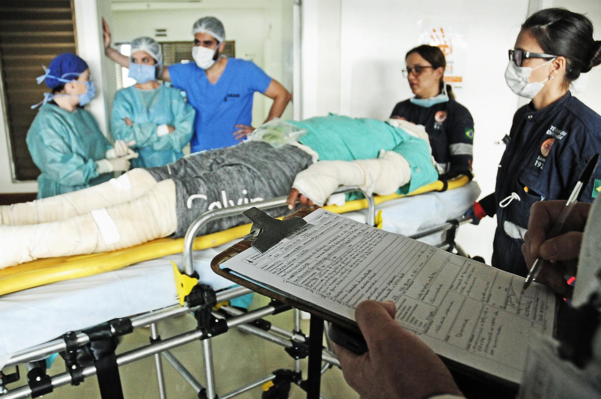 Vítimas de explosão de barco no Acre chegam a Brasília para tratamento em hospital