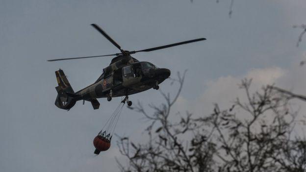 BBC - Helicóptero na região de Chiquitanía, onde a sensação térmica supera os 35ºC, e há poucas nuvens no horizonte (Foto: MARCELO PÉREZ DEL CARPIO VIA BBC)