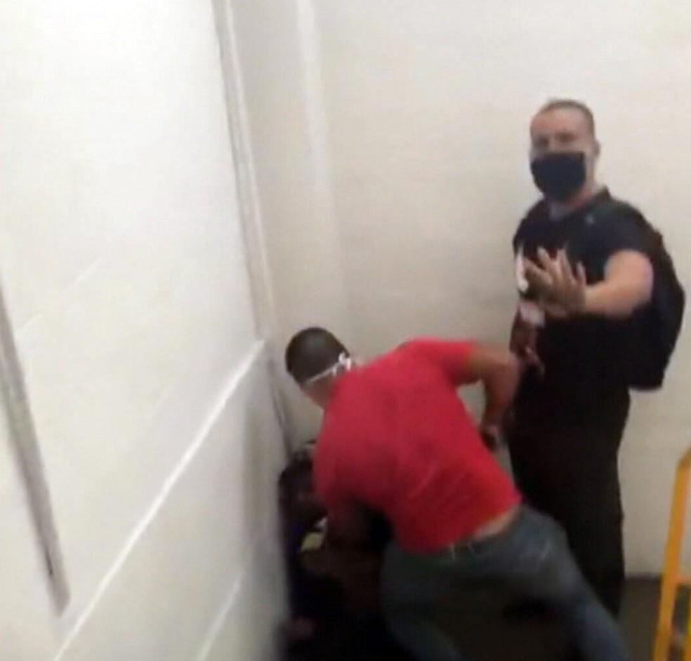 Homens imobilizam Matheus no Ilha Plaza — Foto: Reprodução/TV Globo
