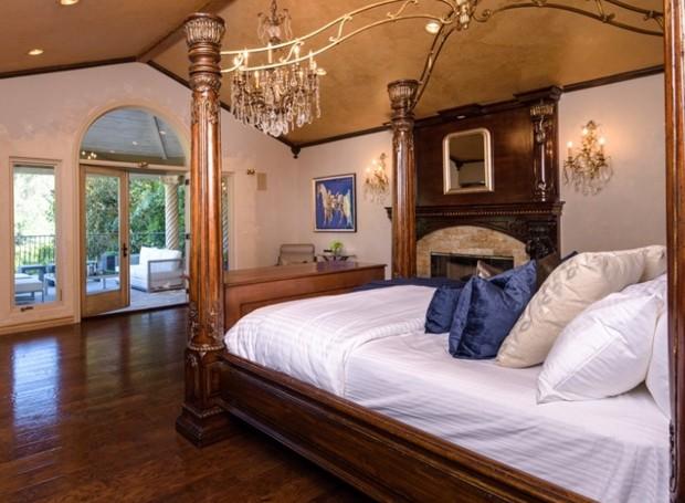 O quarto principal conta com lareira e varanda (Foto: Aaron Hoffman/ Reprodução)