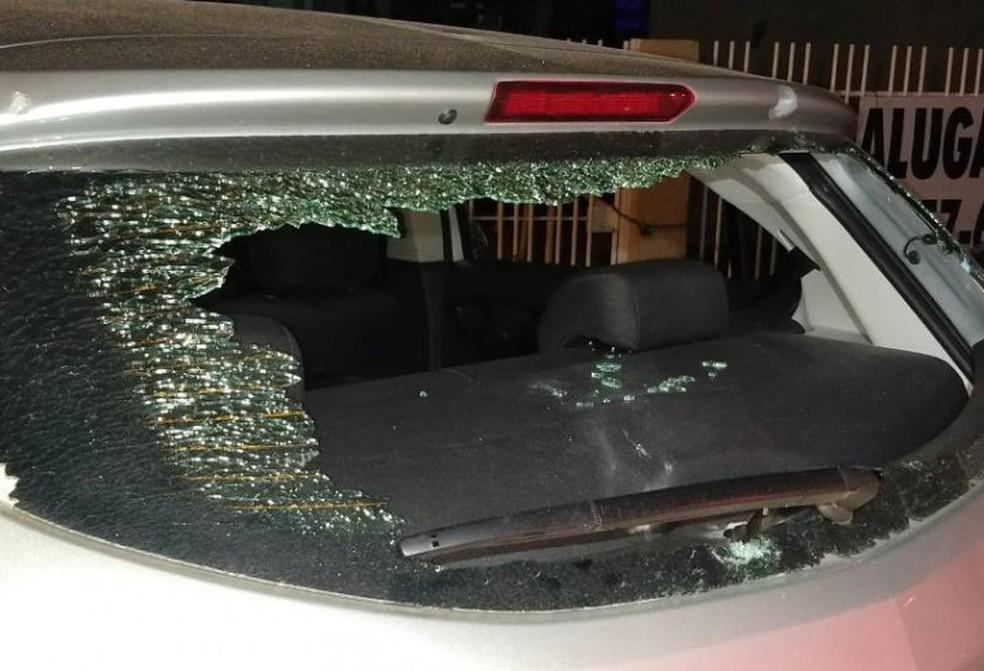 Veículo teve os vidros quebrados pelos tiros — Foto: Divulgação