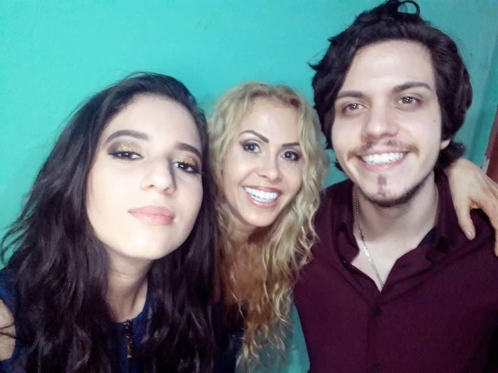 Ao lado dos filhos, Joelma parece irmã deles — Foto: Reprodução/Instagram