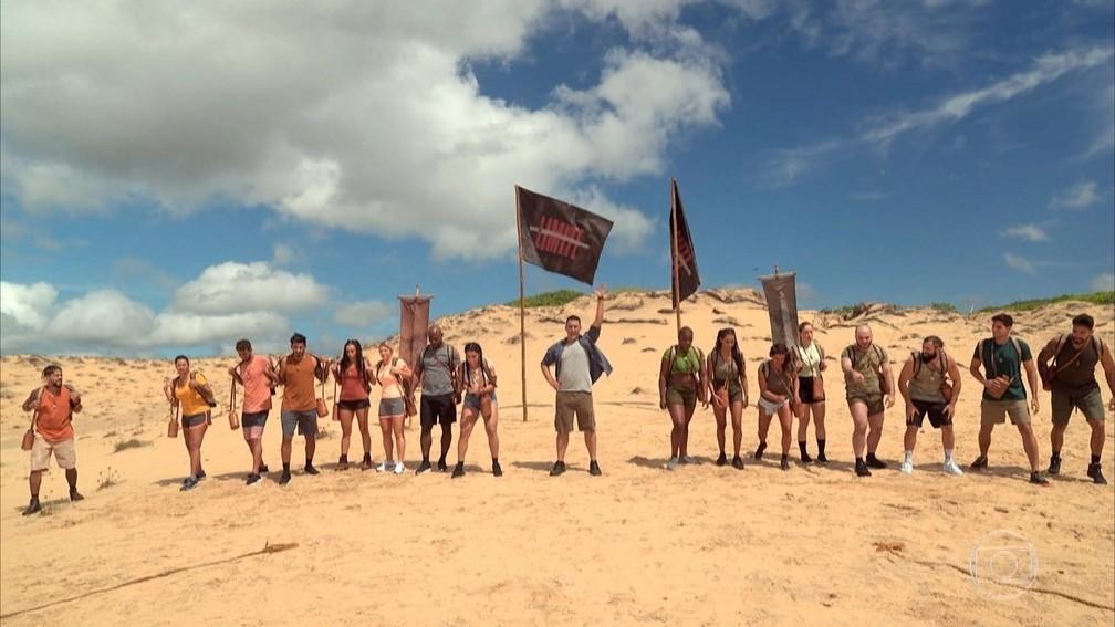 As duas tribos do novo 'No limite' e o apresentador André Marques no centro — Foto: Reprodução/Globo