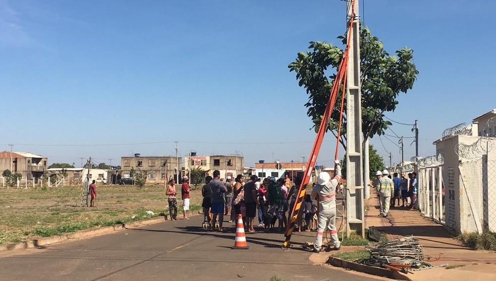 Concessionária de energia da capital corta ligações irregulares de área da Homex invadida por 1.200 famílias — Foto: Maureen Matiello/TV Morena