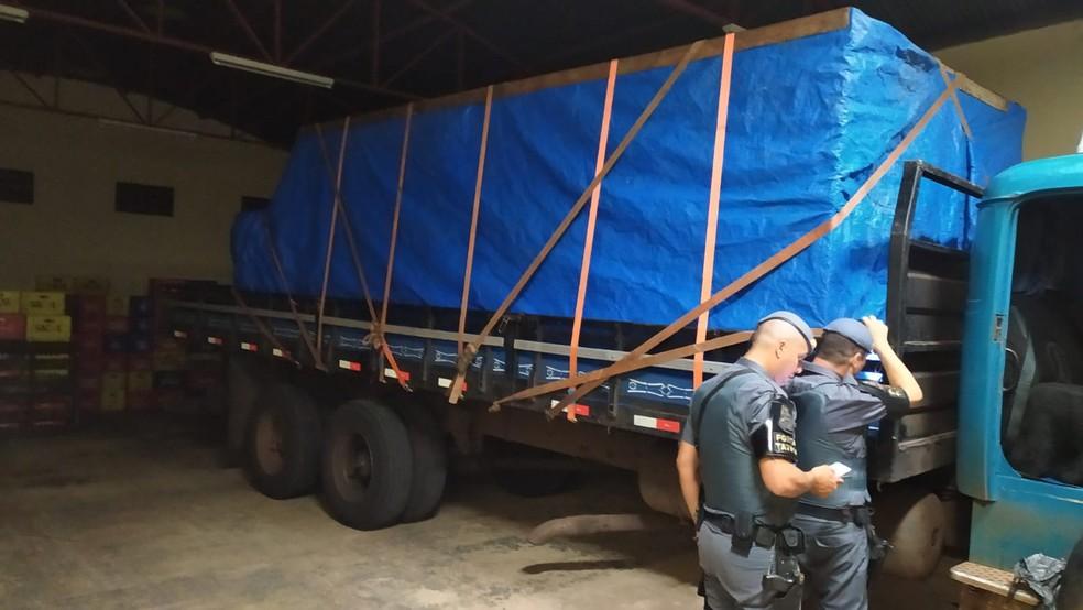 Detidos compravam bebidas de marcas baratas e colocavam rótulos de produtos mais caros — Foto: Polícia Militar/Divulgação