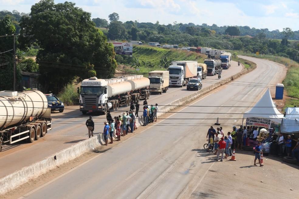 Mais de 2 km de congestionamento foi formado na BR-364 (Foto: PRF/ Divulgação)