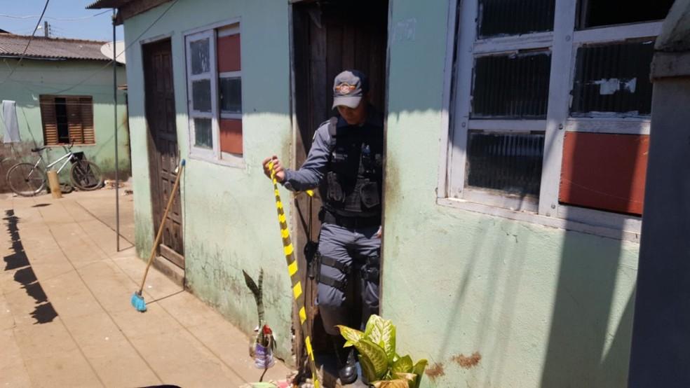 Polícia Militar foi acionada e encontrou o corpo da travesti dentro da quitinete onde ela morava (Foto: Lucas Torres/Portal Sorriso)