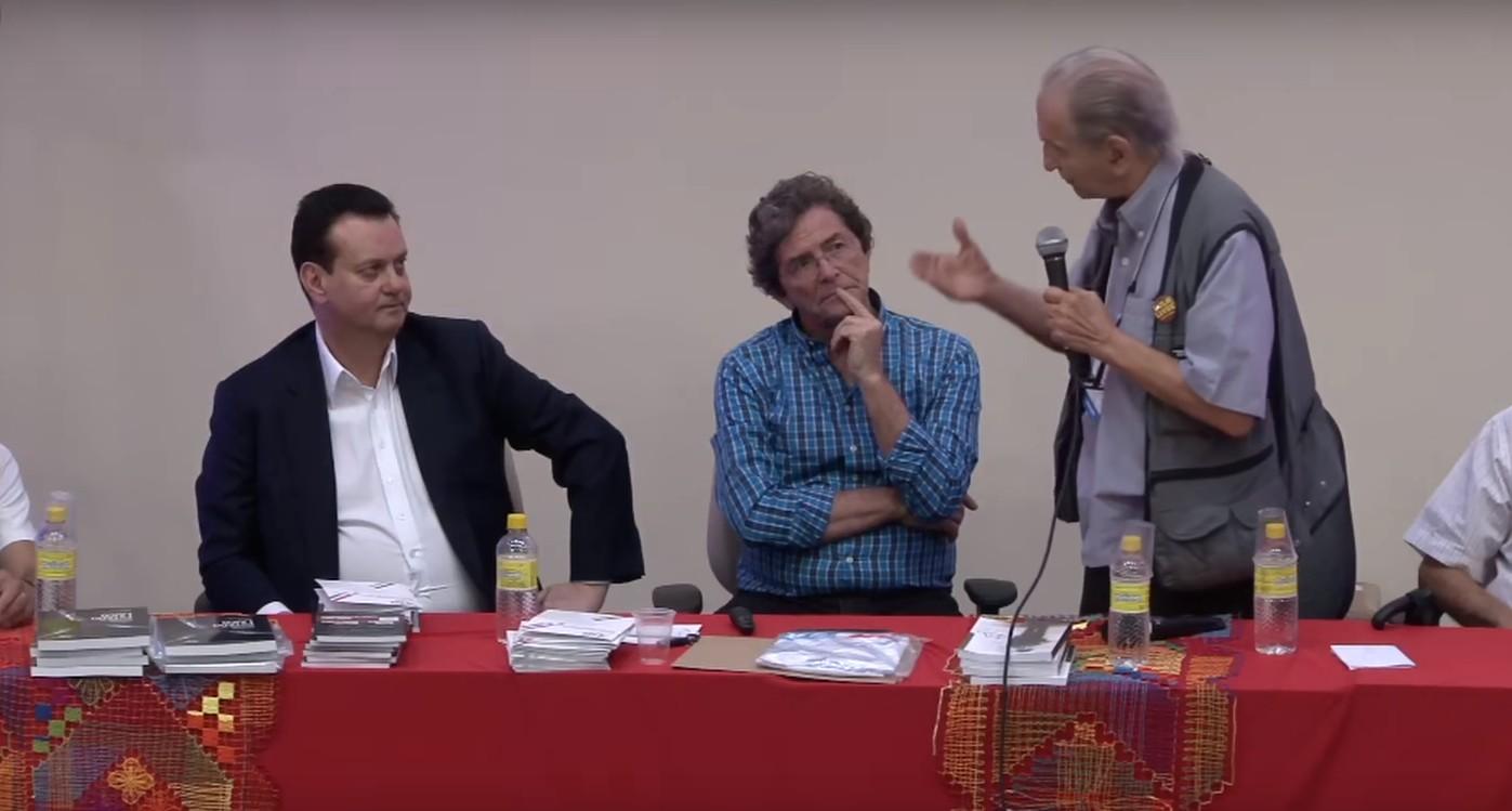 Professor Mascarenhas (com microfone) critica cortes na presença do ministro Kassab (à esquerda): o presidente da SBPC, Ildeu, está no meio (Foto: Reprodução/YouTube)