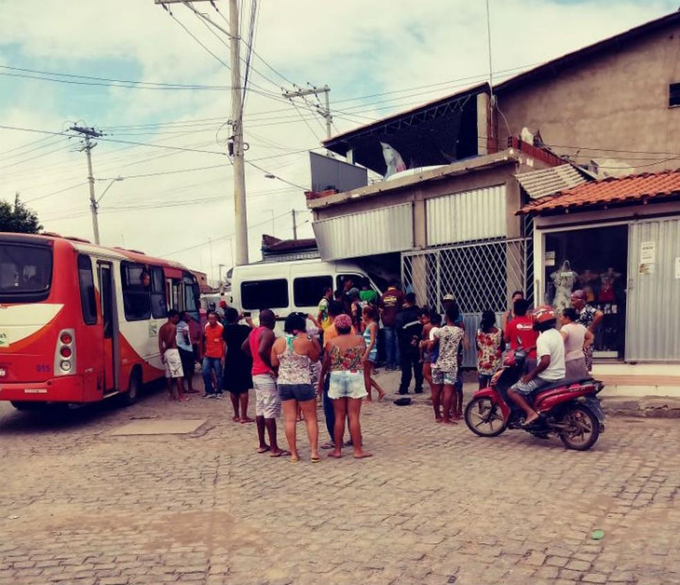 Van invadiu lanchonete após atingir ônibus na Bahia (Foto: Aline Santos/Site do Voz da Bahia)