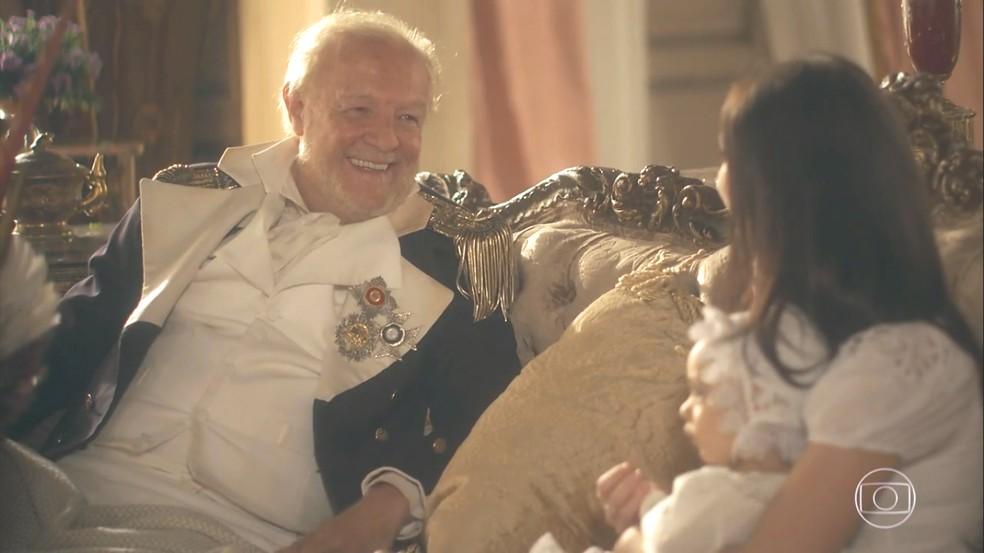 Sir Millman (Ney Latorraca) agradece o empenho de Anna (Isabelle Drummond) em salvá-lo. Em 'Novo Mundo' — Foto: TV Globo
