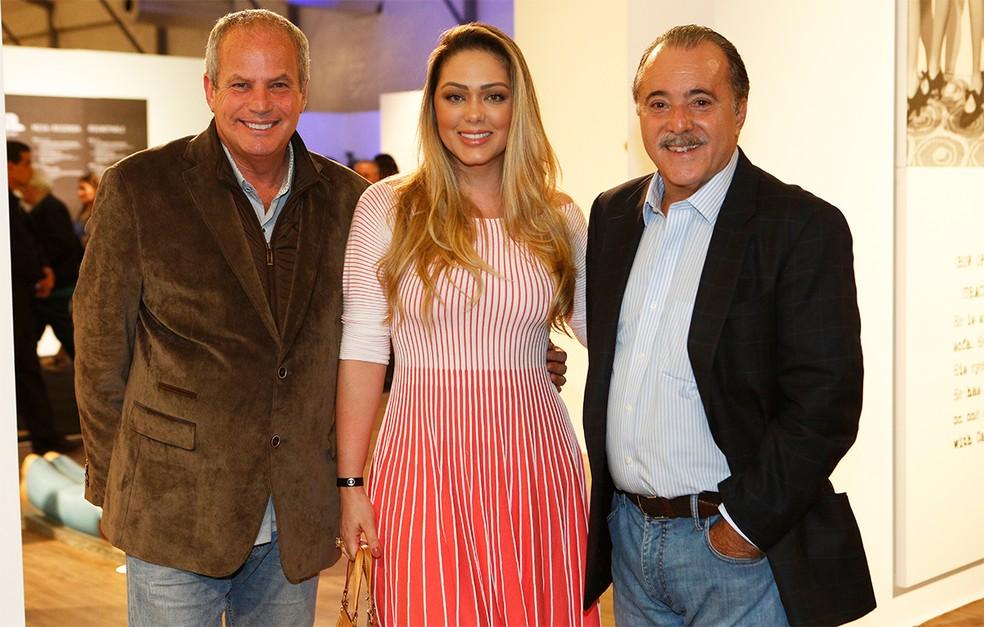 O diretor artístico Jayme Monjardim, a esposa Tânia Mara, e o ator Tony Ramos posam para as lentes do Gshow (Foto: Fábio Rocha/Gshow)
