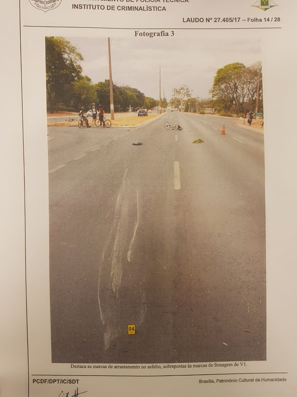 Laudo mostra foto com rastro deixado no asfalto pela biclicleta de Raul (Foto: Reprodução)