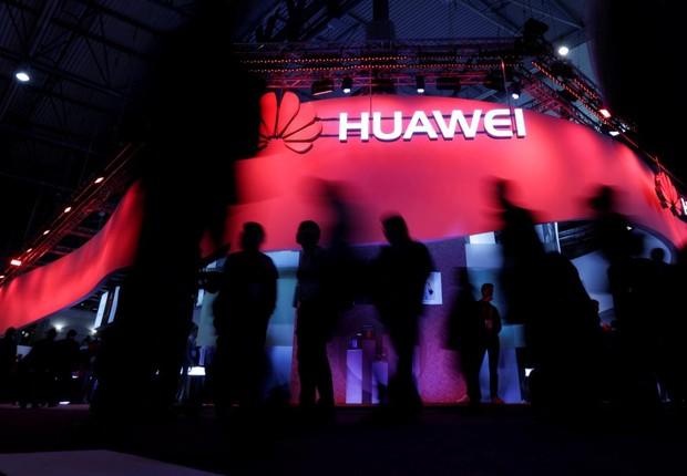 Visitantes passam pelo estande da empresa chinesa Huawei durante o Mobile World Congress em Barcelona (Foto: Eric Gaillard/Reuters/Arquivo)