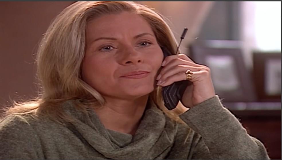 No Sul, Helena (Vera Fischer) descobre que Camila (Carolina Dieckmann) saiu com Edu (Reynaldo Gianecchini) e desaprova. Em 'Laços de Família' — Foto: TV Globo