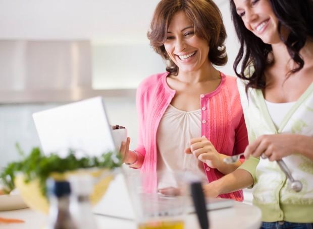 amigas-cozinhando-em-casa (Foto: ThinkStock)