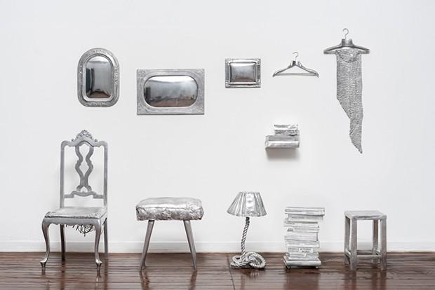 Bianca Barbato ressignifica os objetos que não possuíam mais valor material atribuindo valor artístico (Foto: Divulgação)