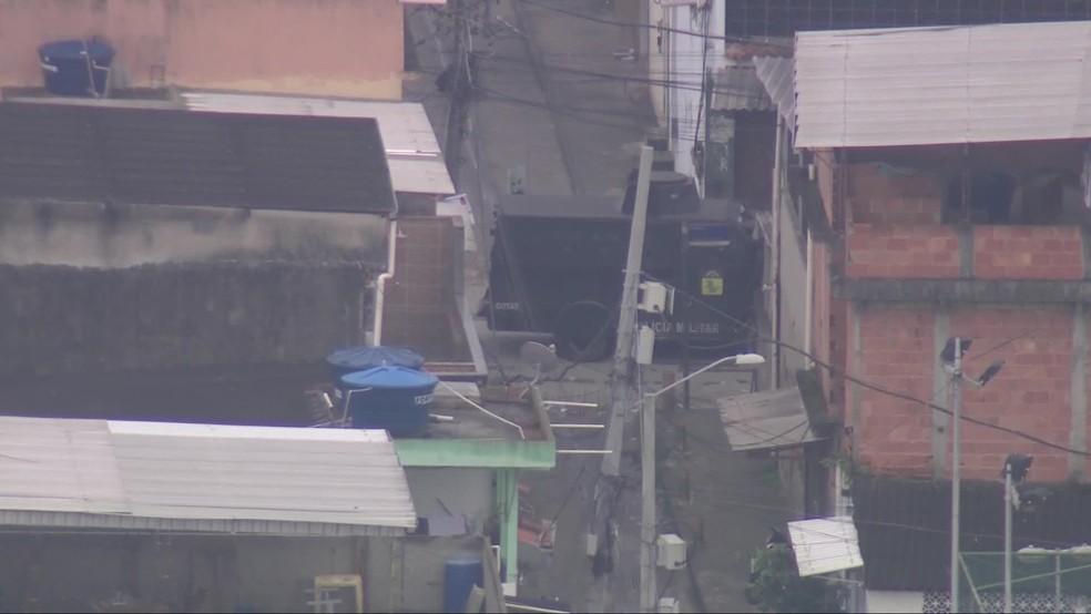 Polícia Militar usa blindado para circular nas ruas da Cidade de Deus, na Zona Oeste do Rio — Foto: Reprodução/ TV Globo