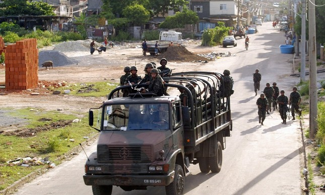 Militares abandonando a capinagem da beira de estrada