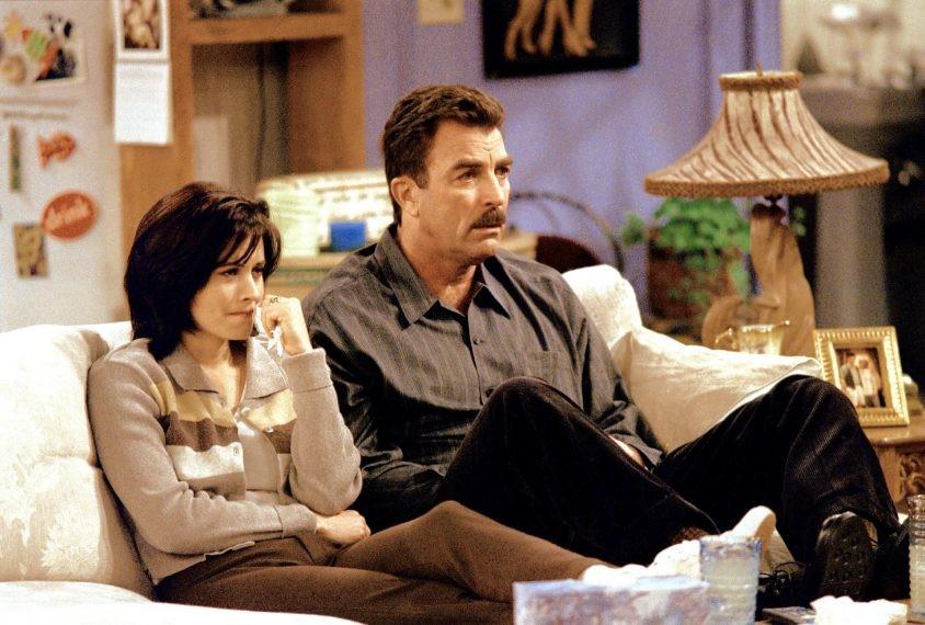 Courteney Cox como Monica, e Tom Selleck como Richard em cena de Friends (Foto: Reprodução)