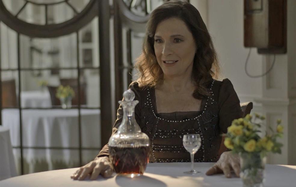 Sozinha, Lady toma uma decisão radical — Foto: TV Globo