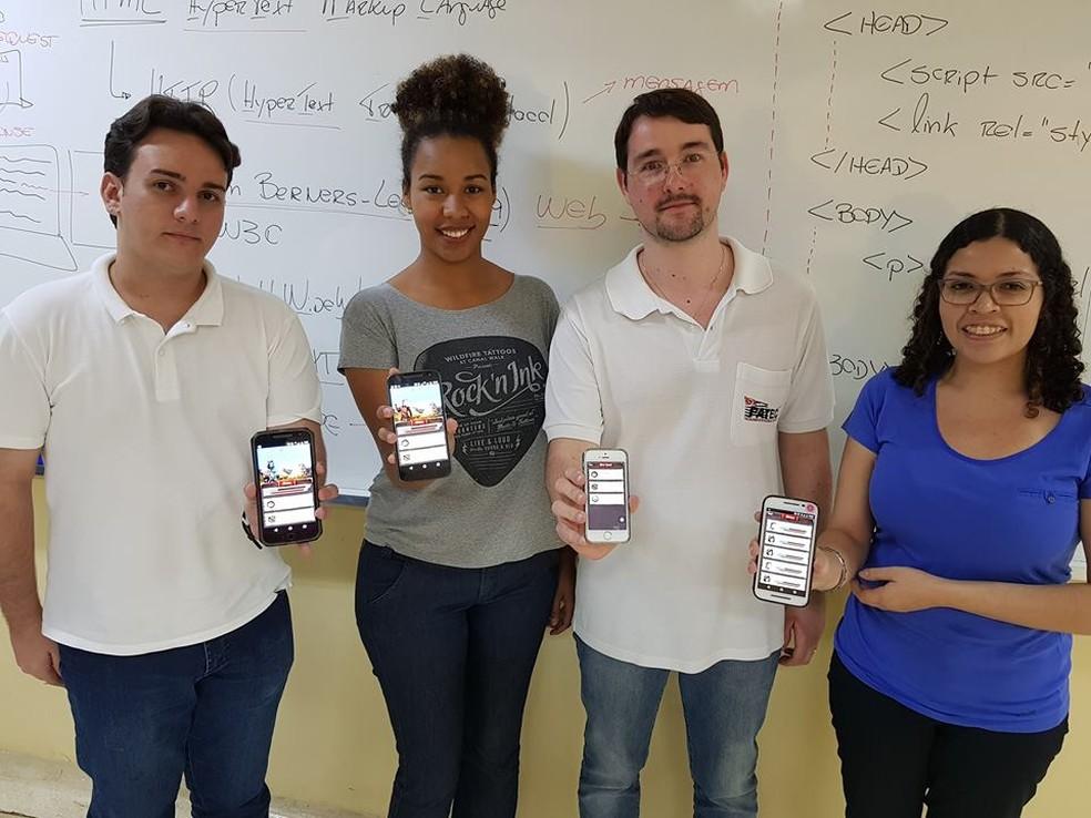Henrique Dezani (3º da esqueda para a direita) mostra com os alunos o aplicativo, que foi criado por professor da Fatec de São José do Rio Preto (Foto: Henrique Dezani/Arquivo Pessoal)
