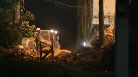 Bombeiros fazem buracos em lajes de prédios que desabaram na Muzema para encontrar vítimas