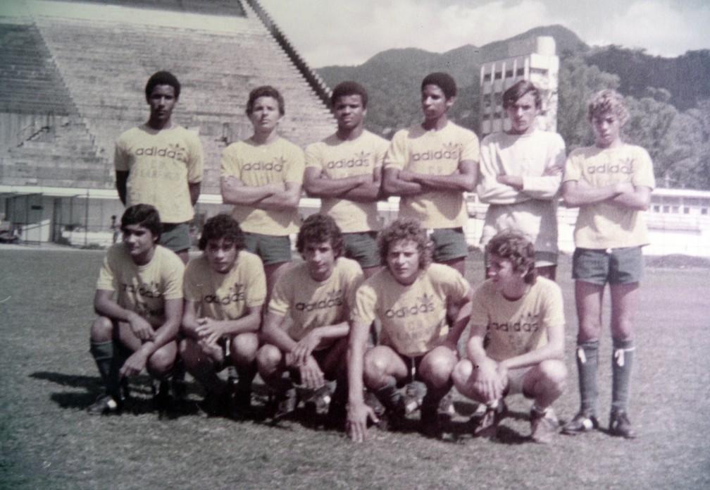 Em 77, Mauro (agachado, segundo da esquerda para direita) jogou com Mozer (em pé, primeiro da direita para esquerda) — Foto: Arquivo pessoal