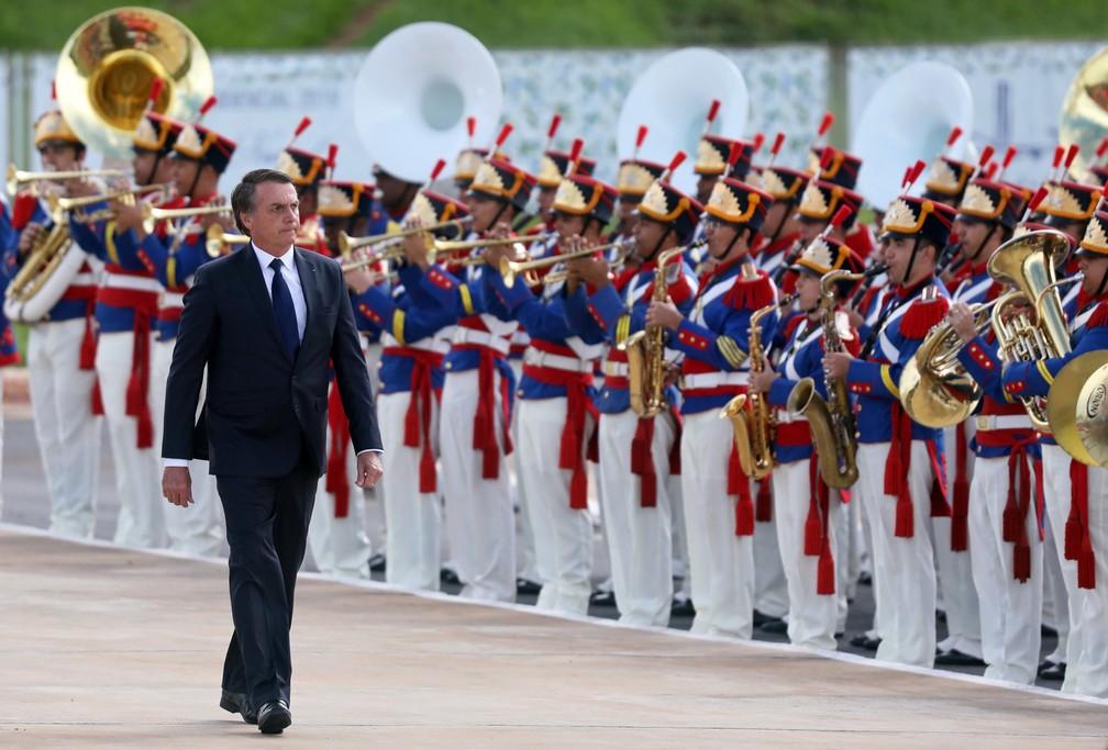 O novo presidente do Brasil, Jair Bolsonaro, passa pelas tropas após cerimônia de posse — Foto: Pilar Olivares/Reuters