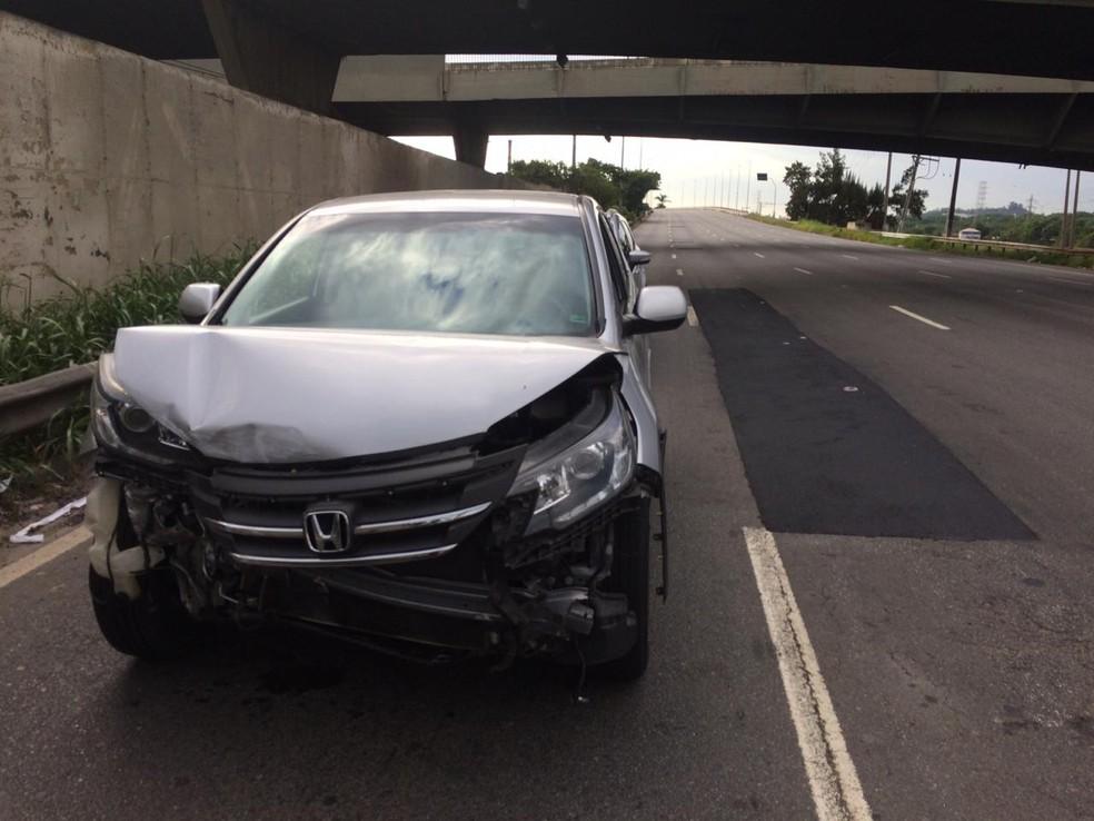 Carros que passavam pelo viaduto na Marginal Pinheiros no momento em que a estrutura cedeu — Foto: Abraão Cruz/TV Globo