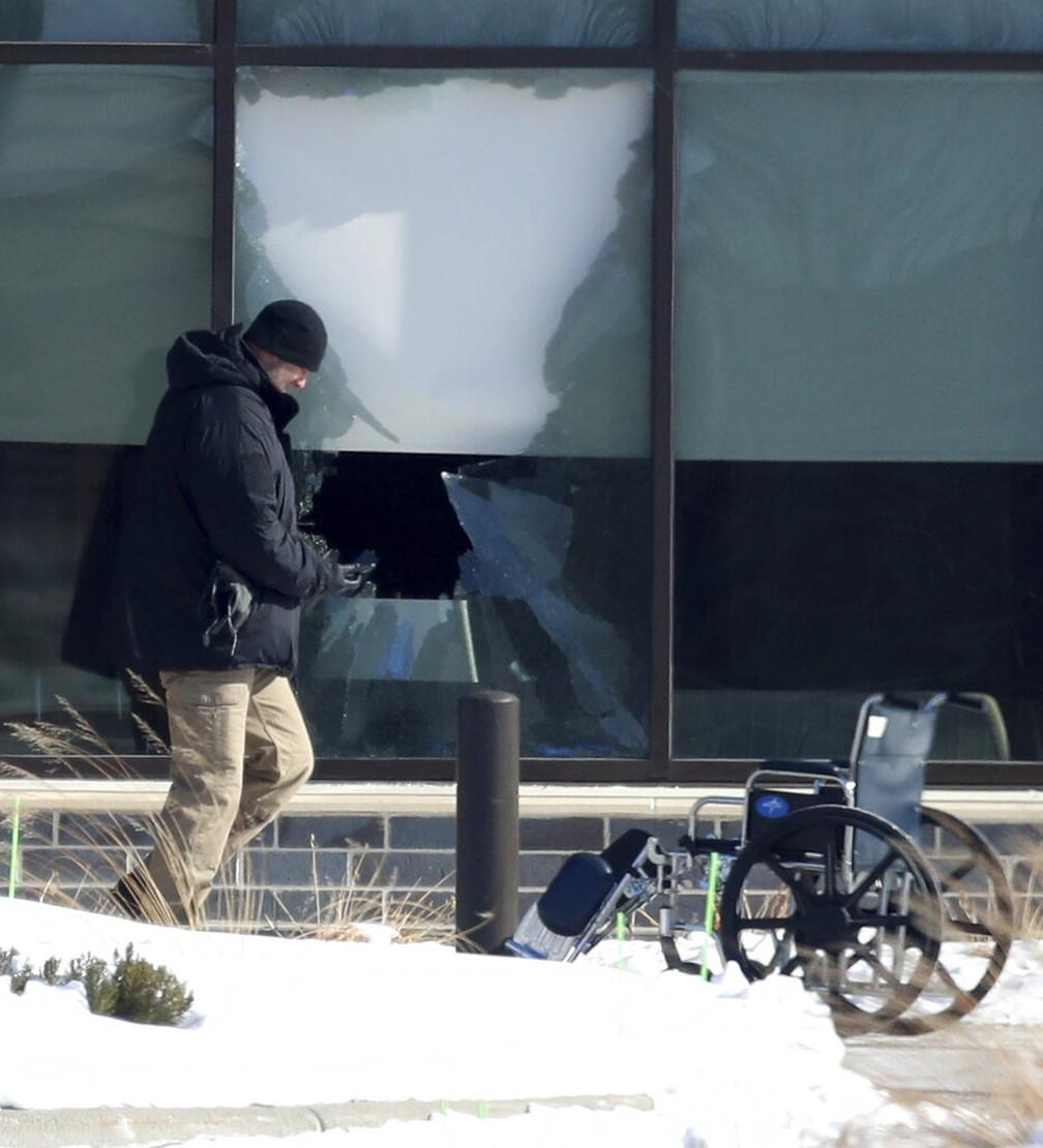 Vidro quebrado em clínica médica de Buffalo, Minnesota (EUA), onde criminoso abriu fogo nesta terça-feira (9) — Foto: David Joles/Star Tribune via AP