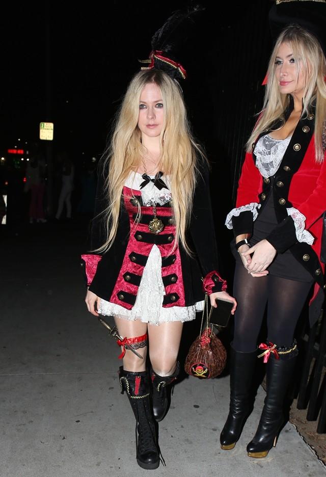 Avril Lavigne com fantasia de pirata (Foto: Backgrid)