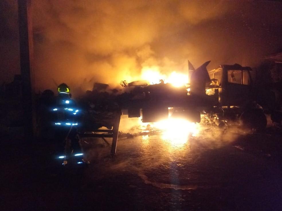 Bombeiros gastaram 7 mil litros de água para combater às chamas — Foto: Corpo de Bombeiros/ Divulgação