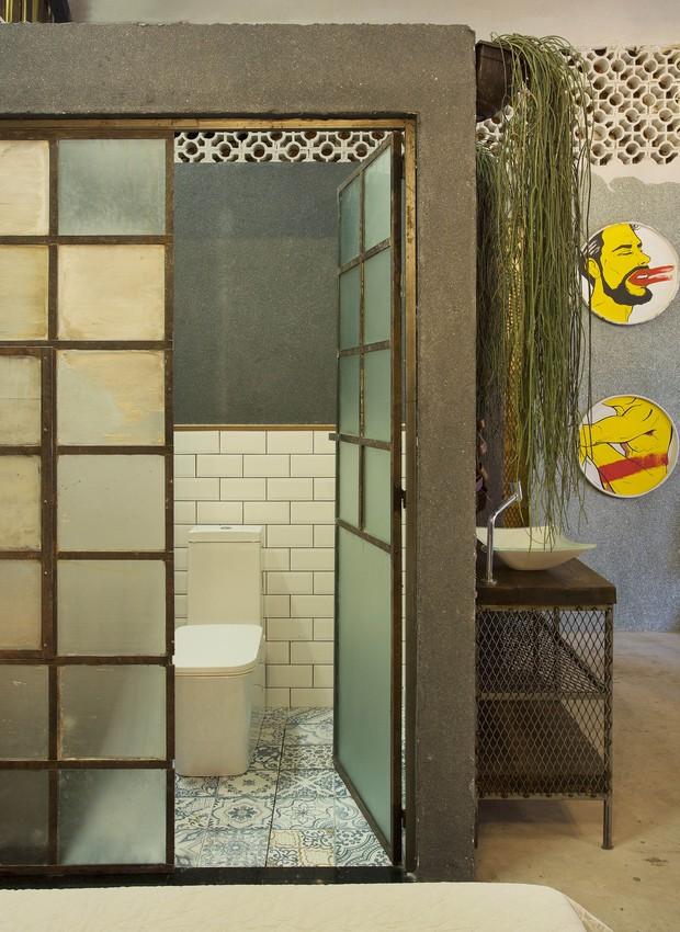 João Velloso e José Oliveira assinam o banheiro do loft - destaque para as esquadrias feitas com um antigo janelão da Bhering e piso com estampa de azulejaria portuguesa (Foto:  )