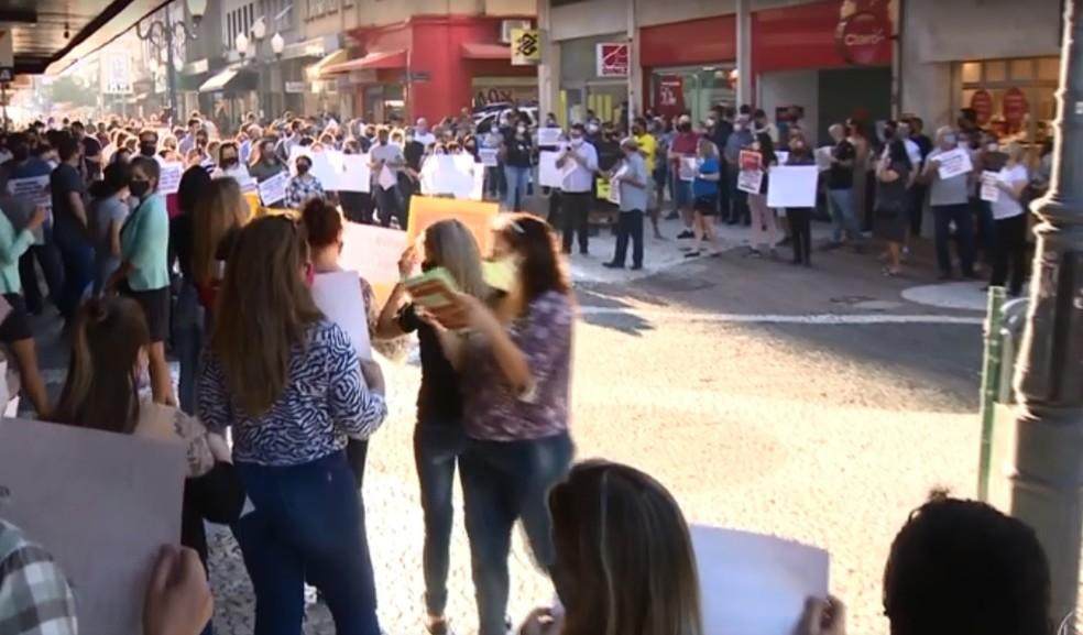 Comerciantes protestaram em Florianópolis contra medidas restritivas da prefeitura  — Foto: NSC TV/Reprodução