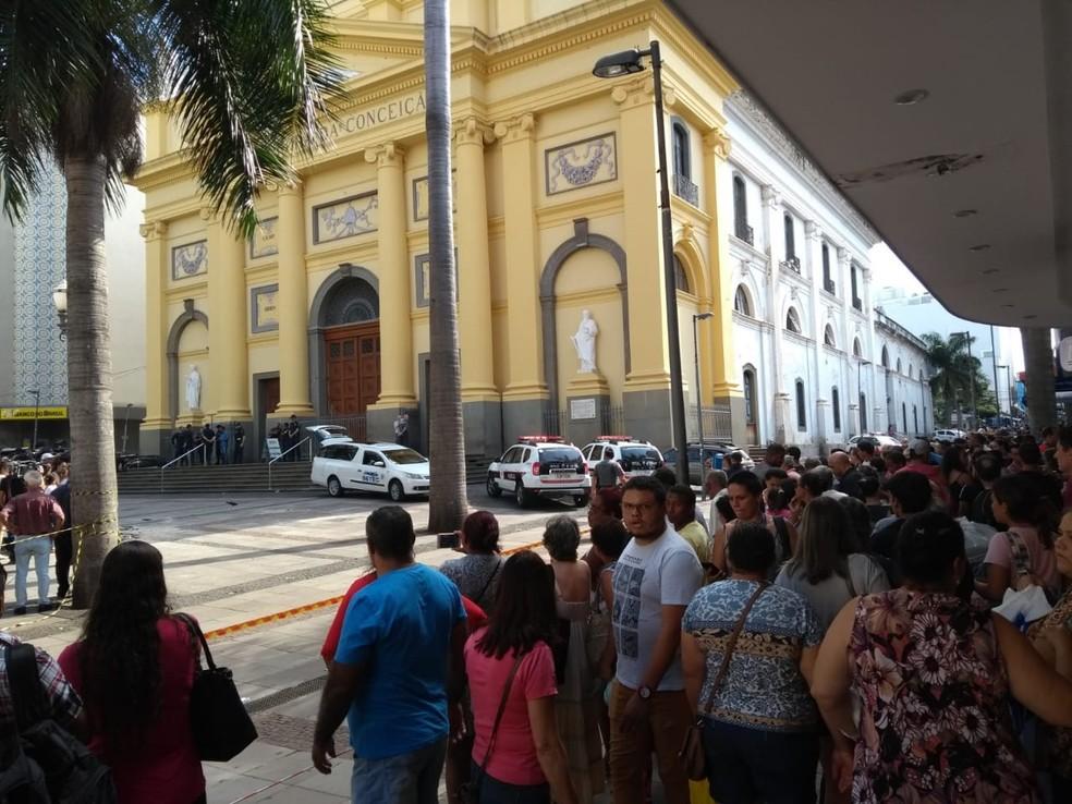 Moradores acompanham trabalhos da polícia na Catedral — Foto: Fernando Evans / G1