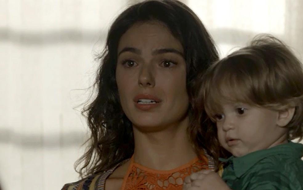 Em 'A Força do Querer', Rita (Isis Valverde) é expulsa de casa por Joyce (Maria Fernanda Cândido) — Foto: TV Globo
