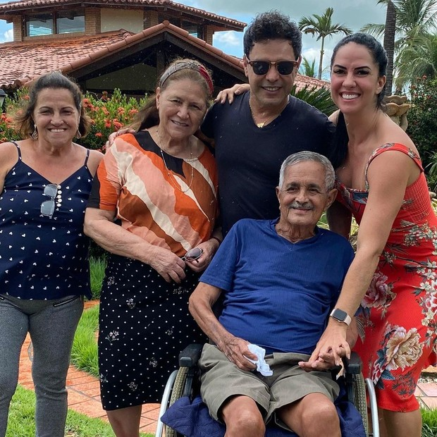 Zezé Di Camargo e Graciele Lacerda com a família (Foto: Reprodução/Instagram)