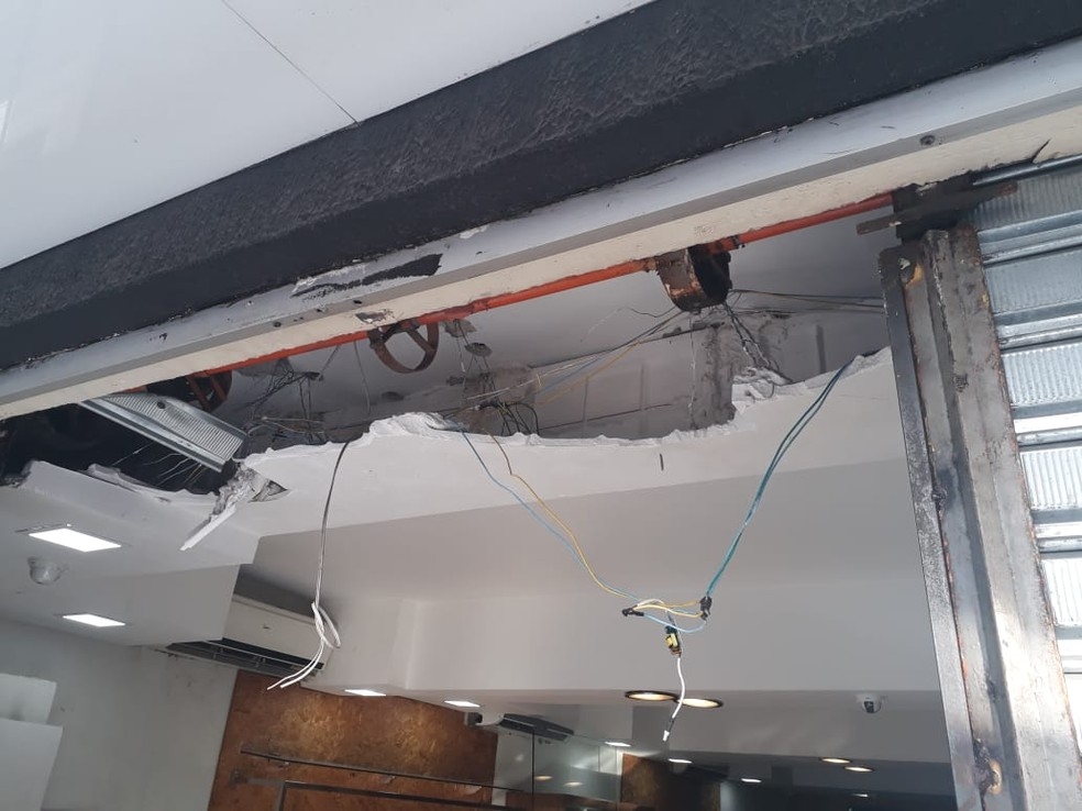 Criminosos arrombaram porta com uma churrasqueira  (Foto: Marksuel Figueredo/Inter TV Cabugi )