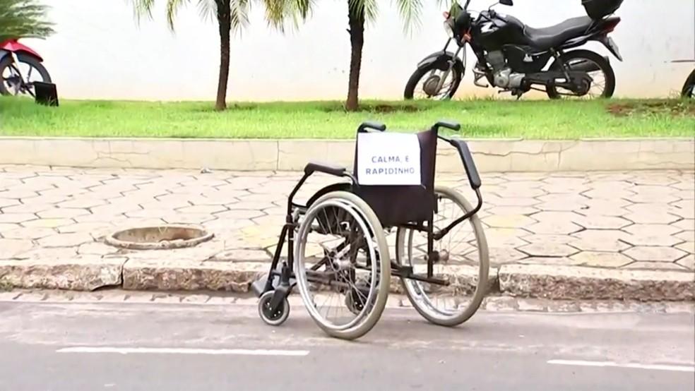 Campanha de trânsito deixa cadeira de rodas em vaga convencional para conscientizar motoristas — Foto: Reprodução/TV TEM