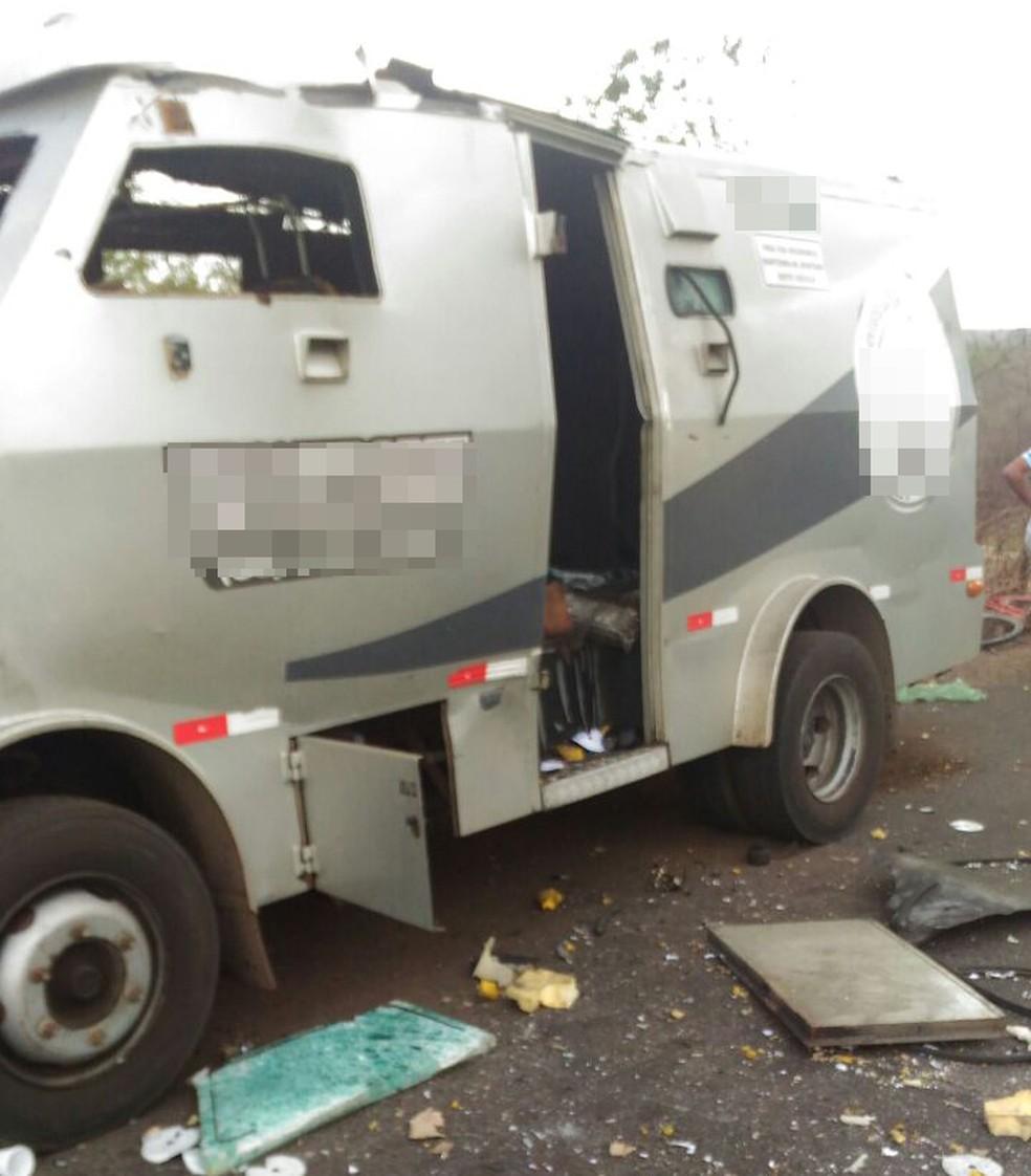 Assaltantes conseguiram explodir o cofre no interior do carro-forte e fugir com o dinheiro (Foto: Divulgação/Polícia Civil)