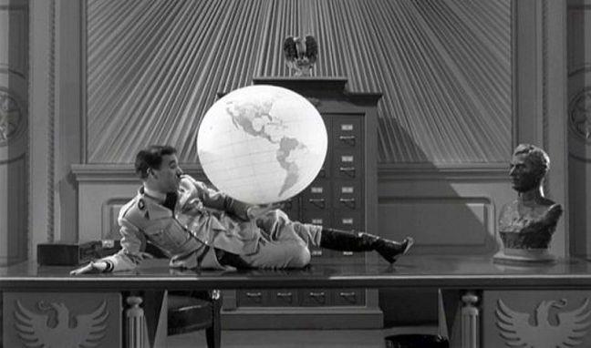 Cena clássica, do filme O Grande Ditador, 1940, em que Charles Chaplin brinca com o globo (Foto: Divulgação)