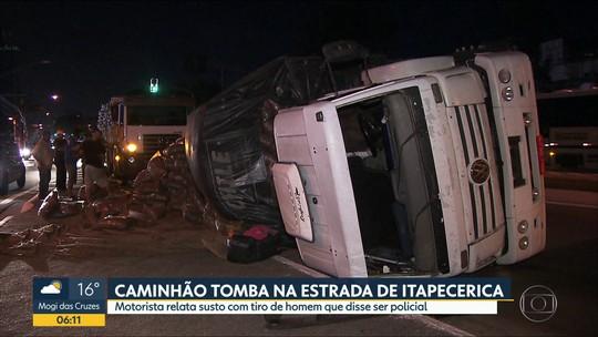 Carreta tomba após motorista perder o controle na Estrada de Itapecerica em SP