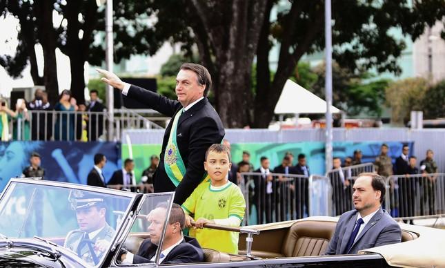 Jair Bolsonaro e o filho Carlos no desfile de 7 de setembro