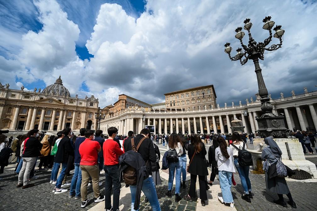 Católicos aguardam, na Praça de São Pedro, o início da celebração de domingo do Papa Francisco em 18 de abril de 2021 — Foto: Vicenzo Pinto/AFP