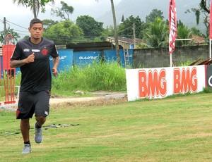Lado a lado: Fla faz treino técnico, e Carlos Eduardo corre no gramado
