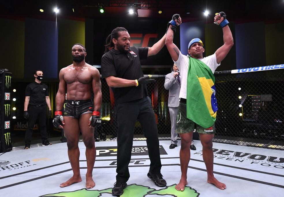 Gilbert Durinho comemora a vitória sobre Tyron Woodley no UFC — Foto: Getty Images